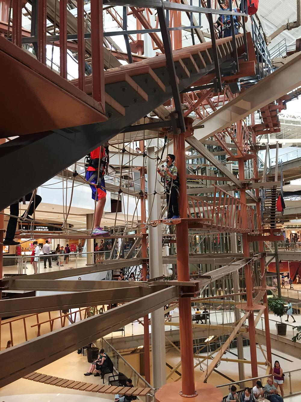 近くで見たらこんな感じ。 階段、はしご、ロープ、いろいろ見えますね。