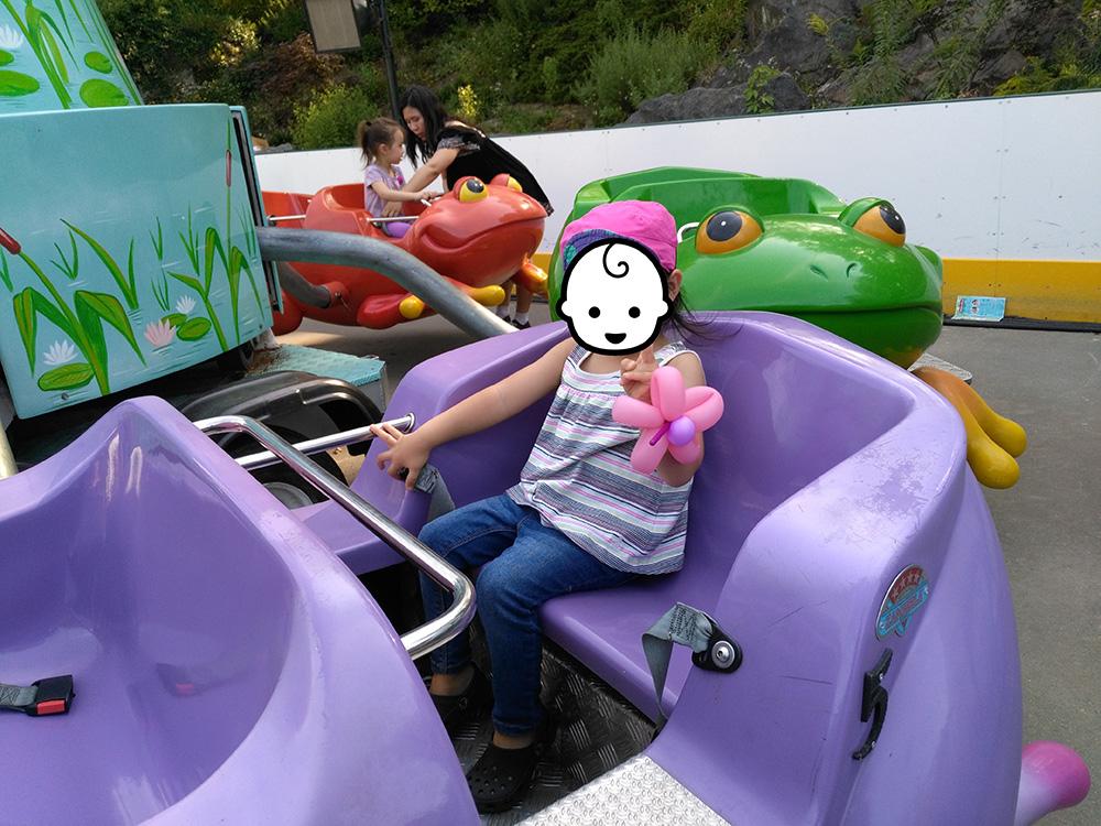 36インチ以下のお子様の乗り物の中で一番怖いかもしれませんが、かえるの乗り物「JUMP AROUND」 その名の通りピョコピョコします。 ちょっと浮きますw