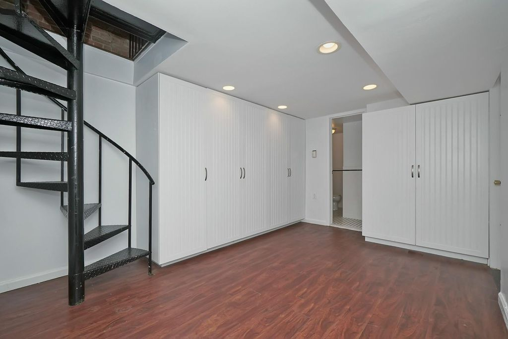 階段がつながっている部屋です。こちらが下の階になりますが、恐らく広さ的に寝室扱いですね。