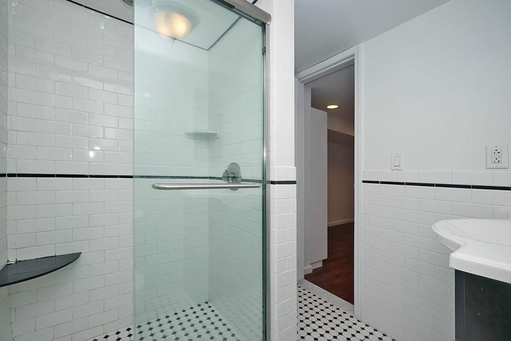 バスルームもリノベーションしてあるようです。