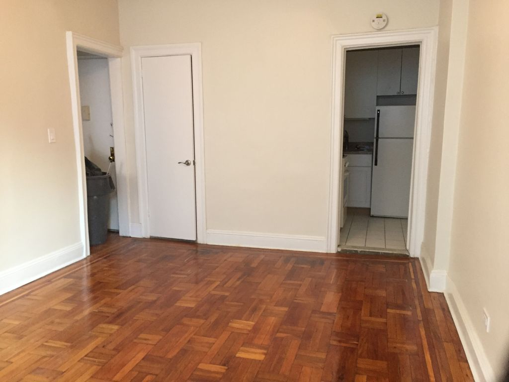 メインのダイニングです。右奥がキッチンで、左側が寝室に繋がっています。