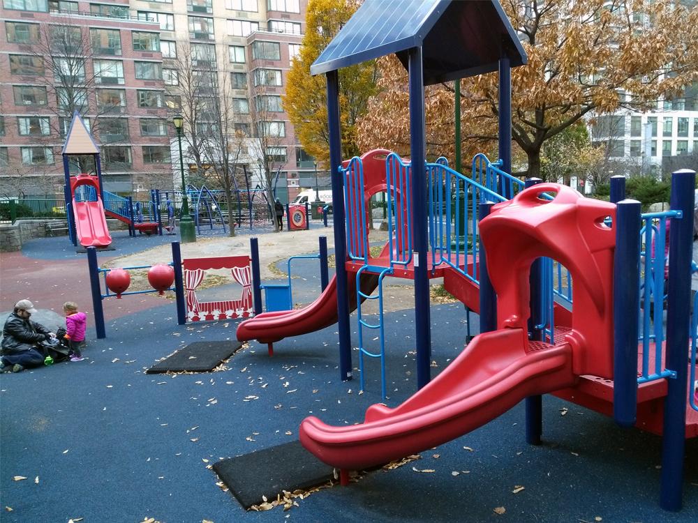 敷地内には、広場、小さい子用の遊具と大きい子用の遊具の2種類があり、間のスペースに水場があります。