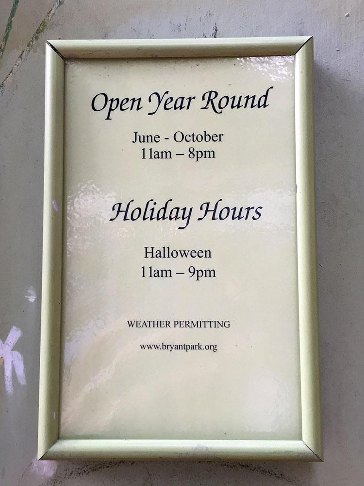 メリーゴーランドの営業時間は午前11時~午後8時まで。 ハロウィンは午後9時まで営業してます。