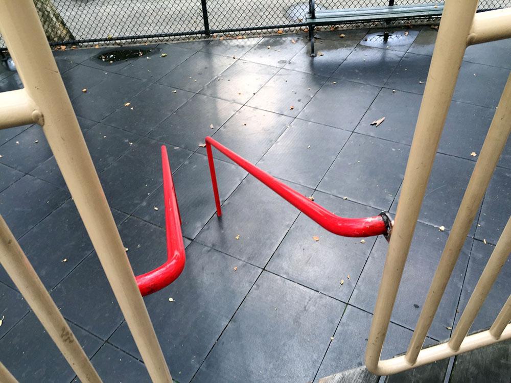 これまたシュールな遊具ですが、足とか脇とか挟んで滑るやつ。摩擦熱注意!w