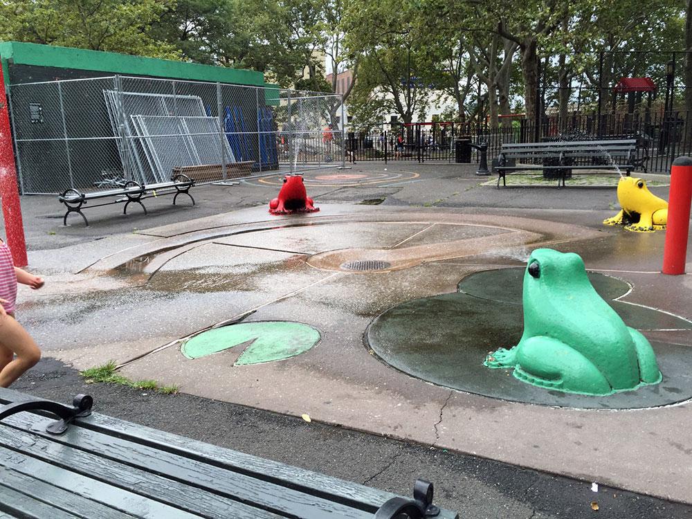 水遊び場。カエルから水鉄砲が飛び出します。