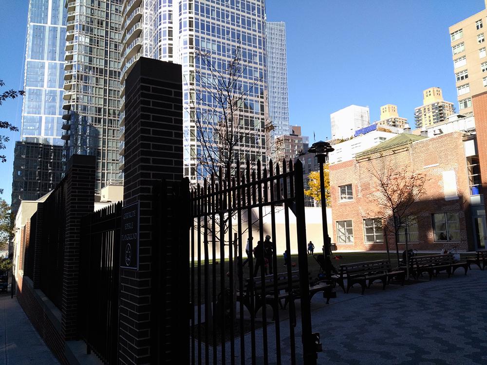 逆光でうまく撮影できていませんが、公園はかなり日当たりが良いです。