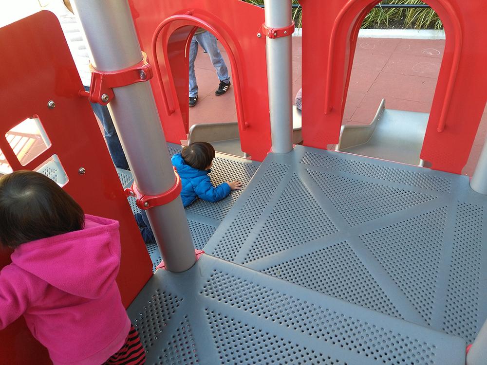 遊具はもちろん新品で角が丸まったプラスチック製の滑り台などがあります。