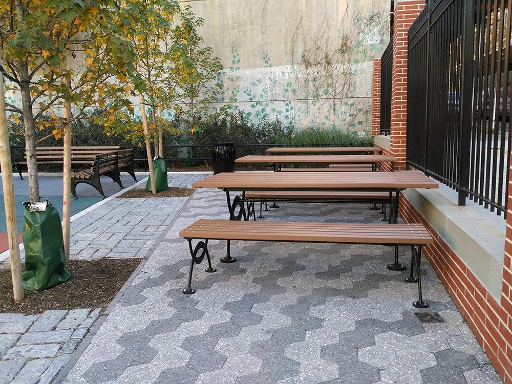こんなキレイなテーブルとベンチが入り口入ってすぐ右手にあります。