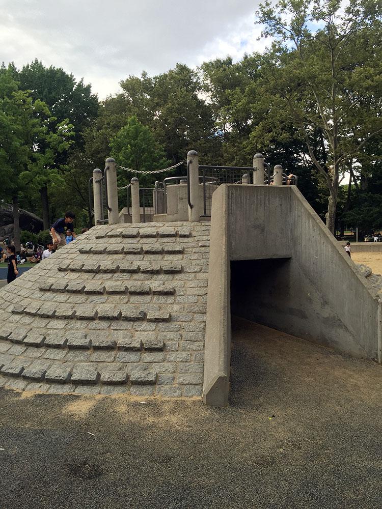 かまくら滑り台のアップ。 石のステップを登る時は要注意。