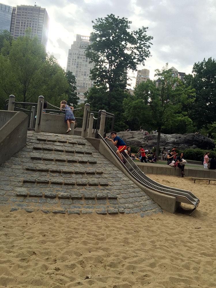 こんな感じで滑ったら砂場にダイブできます。