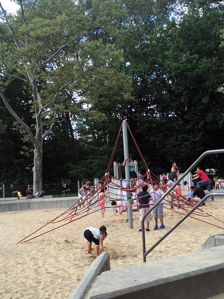 砂場の中にあるハンモックみたいな紐の遊具。 これの一番上に乗っかって揺すって登る子を振り落とす悪い子もいるので注意。 ちなみに初号機は2回ほど振り落とされております・・・苦