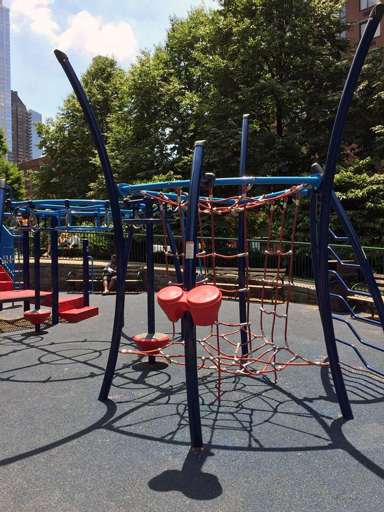 アメリカでよく見かける遊具ですが、どうしようか?と考えさせられる「登る系」遊具。