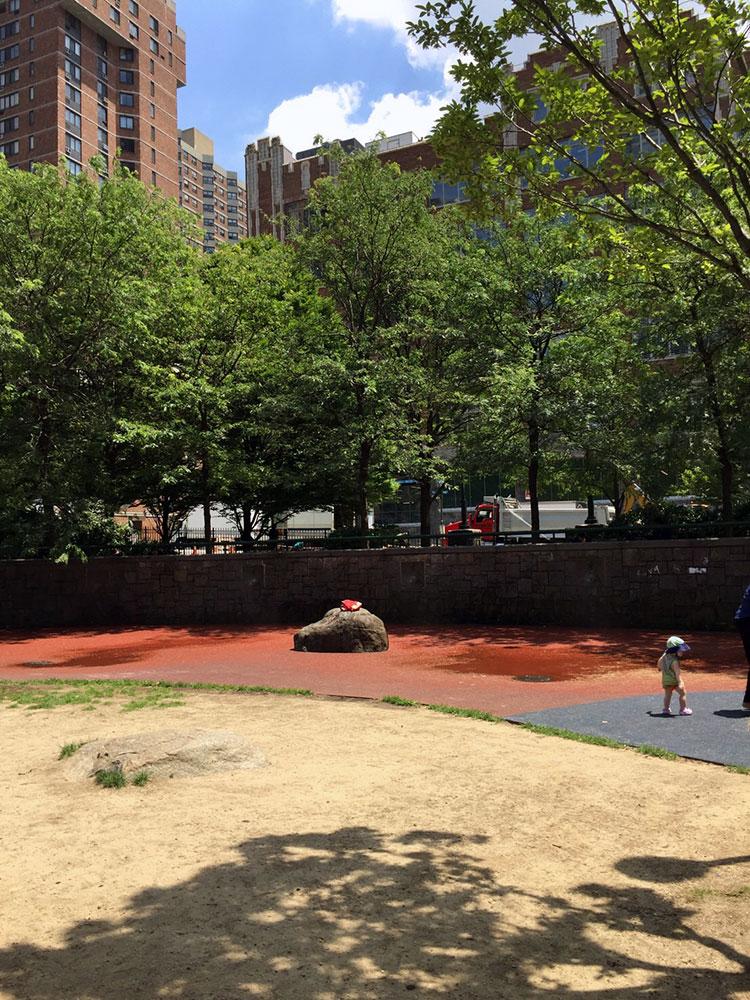 こんな感じでちょっとした広場もあるのでボール遊び程度なら全然OKです。