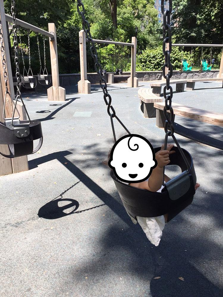 中央の広場を囲むように遊具があり、<a href=