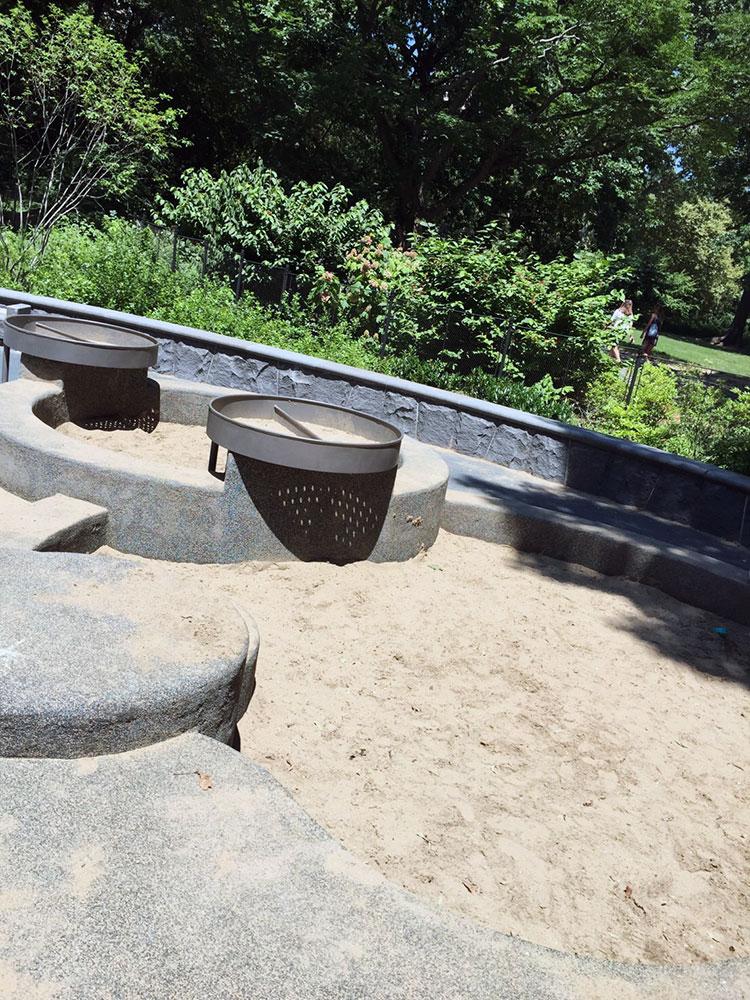 砂場もありますが、水遊びした後そのまま行くときは要注意。うちはほったらかしですが苦笑。