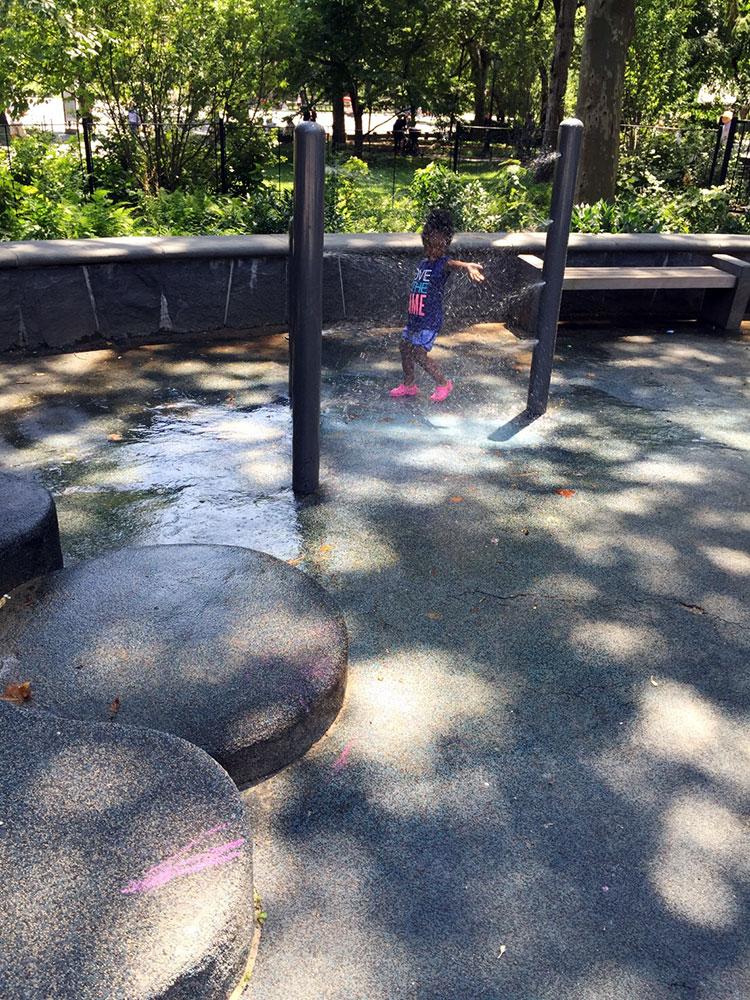 木陰でも負けじと子供が水遊び。