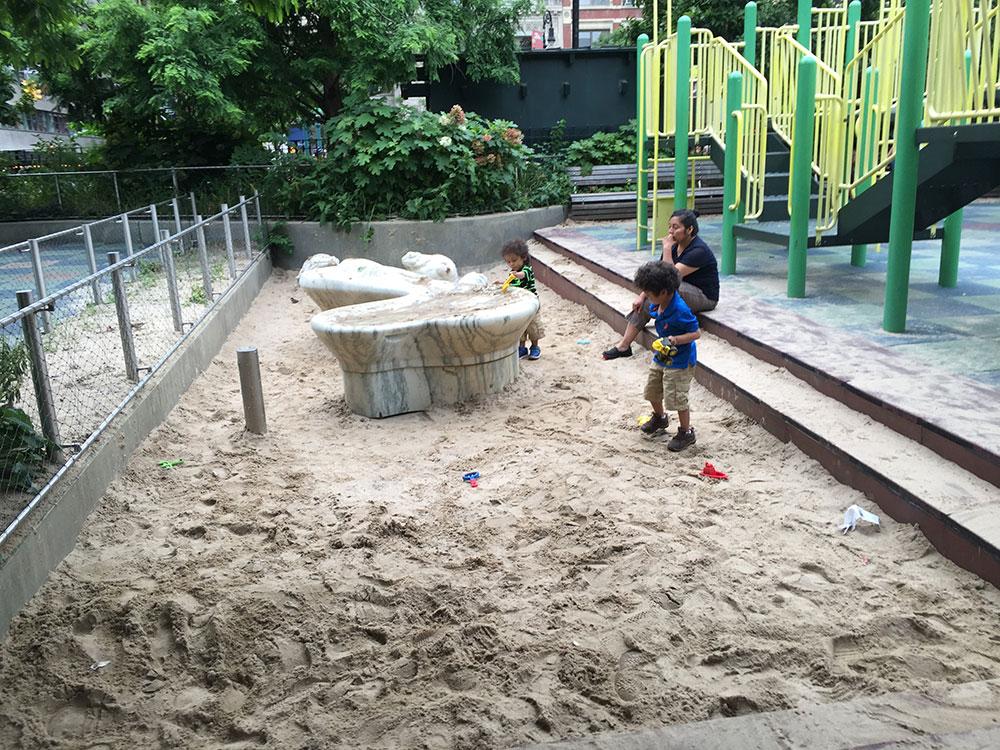 砂場はこんな感じで大きな台が置いてあります。