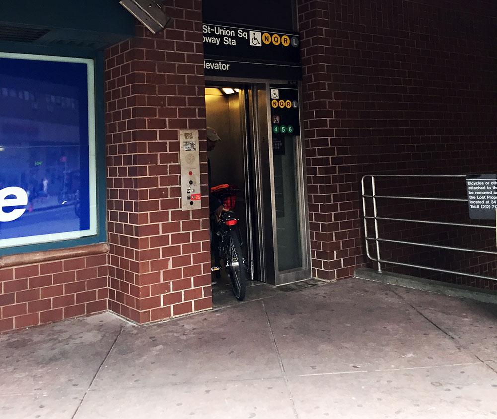 これがおすすめのエレベーター出口! 黄色ラインから利用できます。 ベビーカーでも怖くない。