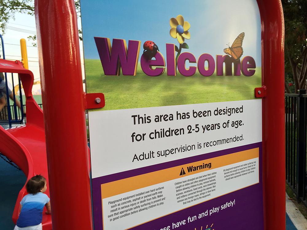 ウェルカムボードには、2〜5歳向けの遊具、と記載されています。