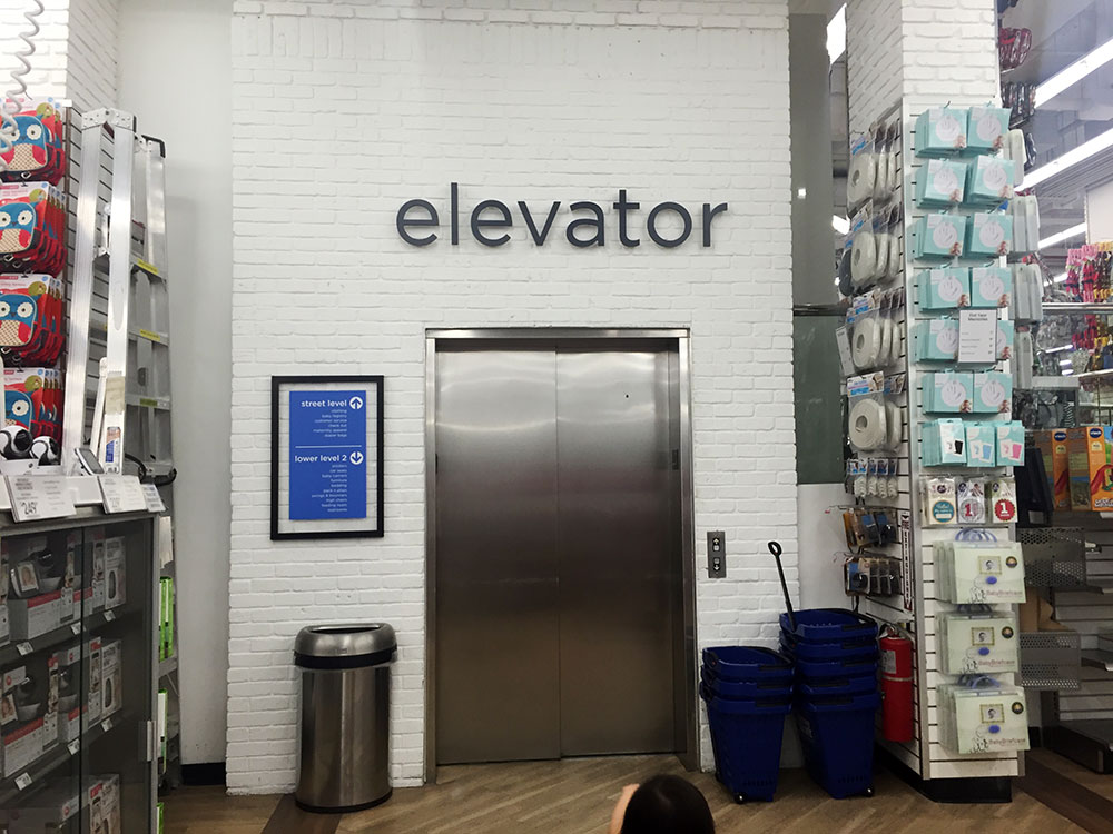 もちろんベビー服専門店ならではの大型エレベータがあるので移動も楽ちん。ベビーカーも余裕。